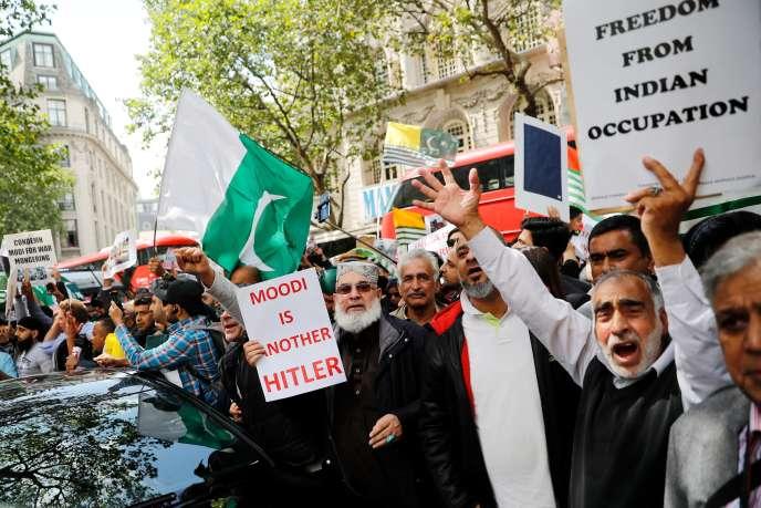 Des manifestants devant l'ambassade d'Inde à Londres, le 15 août.