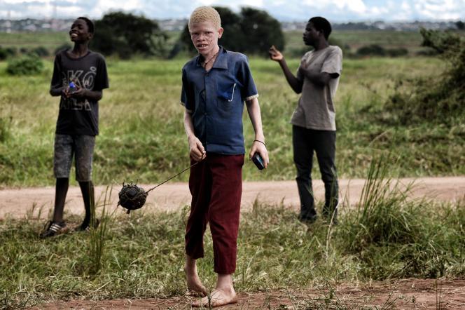 Des garçons jouent près de Lilongwe, la capitale du Malawi, en 2016.