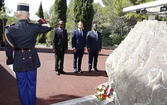Emmanuel Macron (au centre), le président ivoirien, Alassane Ouattara (à droite), et le président guinéen, Alpha Condé, lors des célébrations du 75e anniversaire du débarquement en Provence, à Saint-Raphaël, le 15 août.