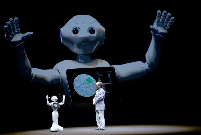 Masayoshi Son, PDG de SoftBank, avec le robot «Pepper», à Maihama (Japon), en juin 2015.