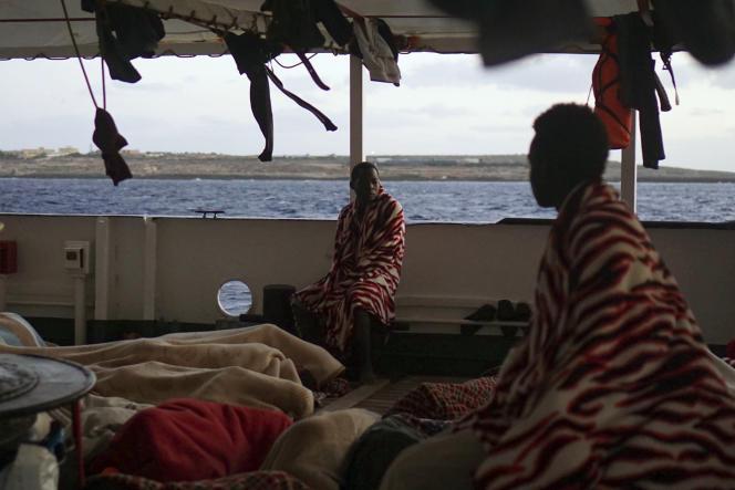 Des migrants secourus par le navire de l'ONG espagnole Proactiva Open Arms, près de Lampedusa sur la côte italienne, le 15 août.