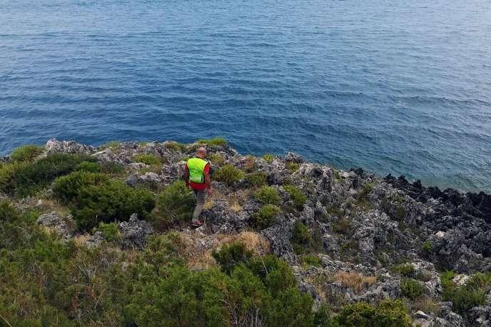 Un secouriste à la recherche de Simon Gautier près de Policastro, au sud de Naples, le 16 août.