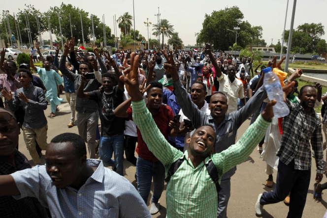 Des citoyens soudanais fêtent l'accord de partage du pouvoir dans les rues de Khartoum, la capitale, le 4 août.