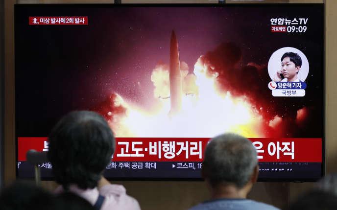 La télévision sud-coréenne montre dans une gare de Séoul le lancement d'un missile nord-coréen, le 16 août 2019.