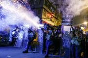 Tirs policiers de grenades lacrymogènes à Hongkong, le 14 août 2019.