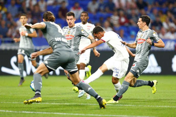 Houssem Aouar marque le premier but de l'Olympique lyonnais face à Angers, le 16 août 2019.