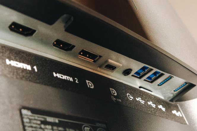Les deux ports USB ascendants et le port USB-C fonctionnent comme un commutateur KVM entre deux ordinateurs.