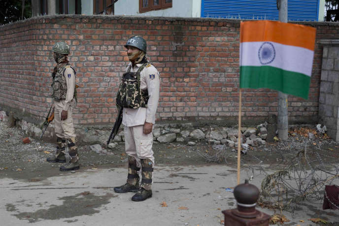 Des paramilitaires indiens montent la garde pendant le couvre-feu à Srinagar, au Cachemire, le 15 août.