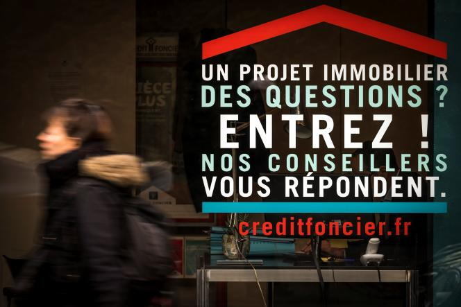 Une publicité pour le Crédit foncier sur la vitrine d'une agence immobilière, à Paris, en décembre 2017.