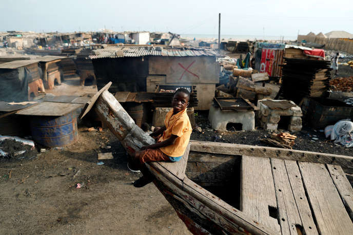 Un garçon joue dans le quartier pauvre de Jamestown, à Accra (Ghana), en novembre 2018.