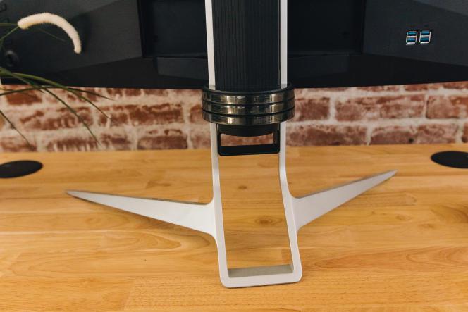 Avec ses trois points d'appui, le pied prend beaucoup de place, mais il évite toute instabilité de l'imposant moniteur.