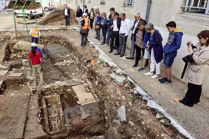 Sur le lieu de fouilles près de l'église Saint-Barthélemy, à Cahors (Lot).