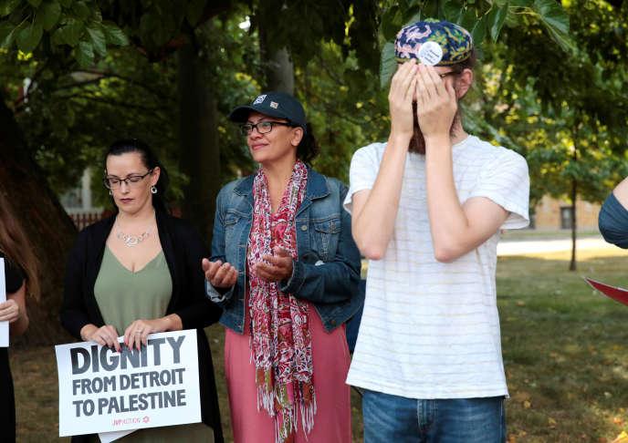 Rashida Tlaib (au centre) lors d'un événement organisé par Jewish Voice for Peace Action à Detroit, dans le Michigan, le 16 août.