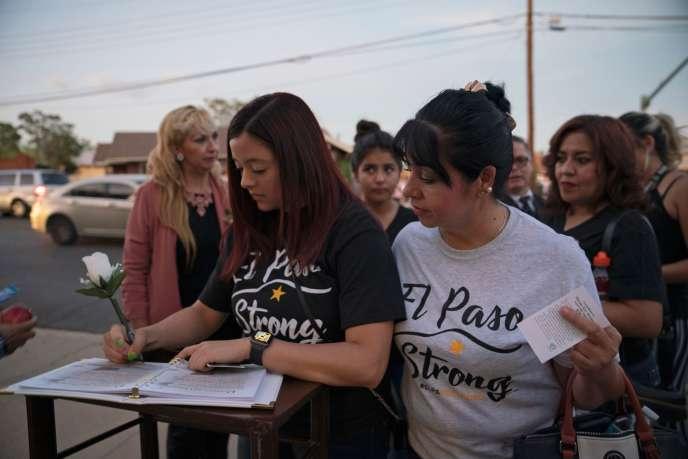 Après la tuerie du 3 août, des centaines d'anonymes écrivent des messages de condoléances lors des funérailles d'une victime à El Paso, au Texas, le 16 août.