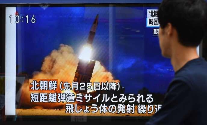 Un écran de télévision montre le lancement d'un missile nord-coréen, à Tokyo, le 16 août.