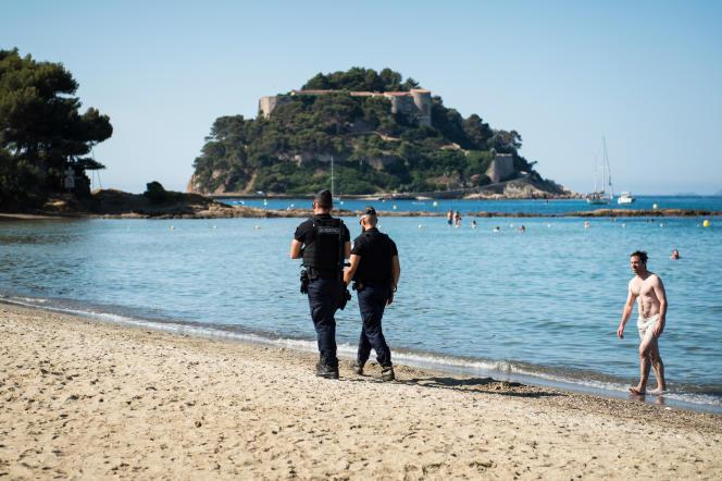 Le fort de Brégançon vu de la plage de Bornes-les-Mimosas (Var), le 26 juillet.
