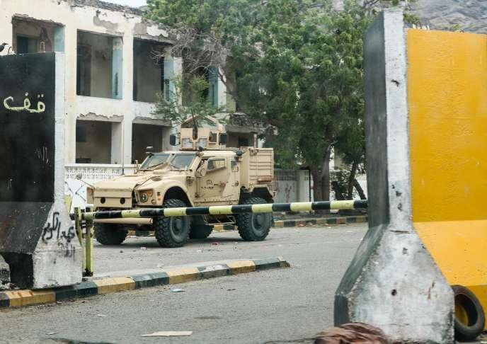 Un véhicule de la coalition emmenée par l'Arabie saoudite devant le bâtiment de la banque centrale à Aden, Yémen, le 17 août 2019.