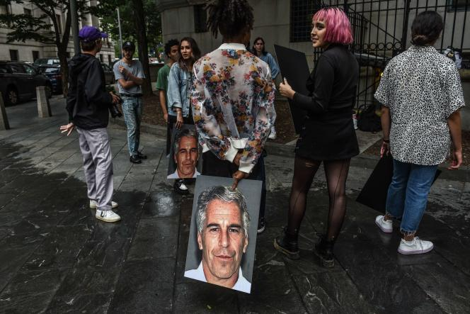 Des membres du collectif Hot Mess munis de portraits du financier américain Jeffrey Epstein,à New York, le 8juillet.