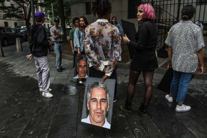Des membres du collectif Hot Mess munis de portraits du financier américain Jeffrey Epstein,  à New York, le 8 juillet.