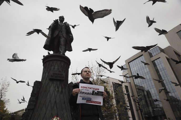 Un activiste brandit une affiche indiquant : « Les autorités piétinent la Constitution, rendez la liberté et la Constitution au peuple !», lors d'une manifestation dans le centre de Moscou, le 17 août.