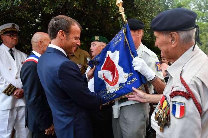 Emmanuel Macron salue des vétérans lors de la célébration du 75e anniversaire de la libération de la ville, à Bormes-les-Mimosas (Var), le 17 août.