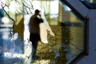 Une vitre brisée après l'attentat survenu dans une salle de mariage, samedi 17 août.