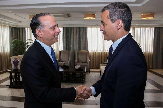 Le ministre français des comptes publics, Gérald Darmanin (à droite) serre la main du ministre des affaires étrangères panaméen, Alejandro Ferrer, à Panama, le 19 août.