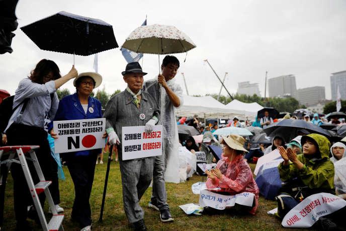 Lee Chon-shik avec des manifestants demandant réparation au Japon pour les travailleurs forcés, à Séoul, le 15 août.