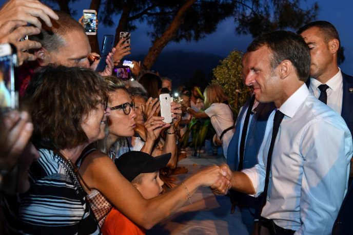 Emmanuel Macron lors d'un bain de foule à Bormes-les-Mimosas (Var), le 17 août.