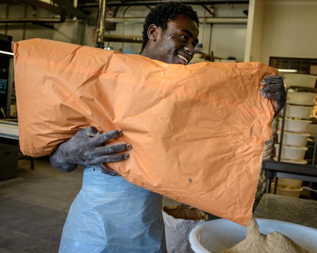 Sidick, 16 ans, est arrivé de côte d'Ivoire en février. Il suit un stage en boulangerie à l'Hyper U de Mende, en attendant de suivre une formation de boulangerie à partir de septembre 2019.