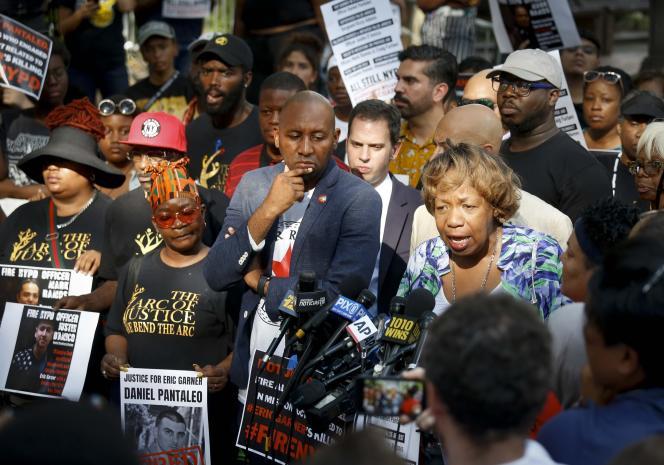 Gwen Carr (à droite), la mère d'Eric Garner, tient une conféfrence de presse après le renvoi de l'officier Daniel Pantaleo accusé d'avoir axphyxié en 2014 son fils. New York, le 19 août.