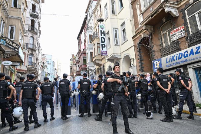 Un policier turc monte la garde devant le siège du Parti démocratique des peuples (HDP), à Istanbul, le 19 août 2019, lors d'unemanifestation dans les rues de la ville.