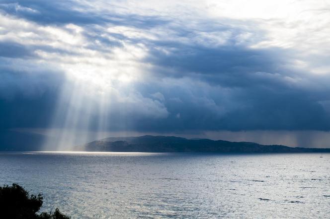 L'île de Corfou. Vue sur le rivage albanais baigné par les rayons du soleil après l'orage.