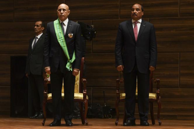 Passation de pouvoir entre Mohamed Ould Abdelaziz (à droite) et Mohamed Ould Ghazouani, à Nouakchott, le 1eraoût 2019.