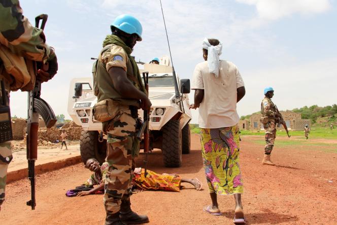 Dans le centre du Mali, une patrouille de la Minusma est stoppée par une femme à l'entrée du village dogon de Diombolo-Leye, le 14 août 2019.