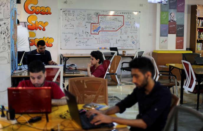 Des entrepreneurs travaillent à Gaza Sky Geeks, un espace de coworking, le 13 juin.
