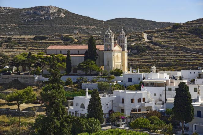 Pour acheter une jolie maison de vacances de deux-trois pièces sur une île « moyenne » des Cyclades, il faut disposer d'un budget compris entre 200 000 et 400 000 euros. A Paros, le village de Lefkes.