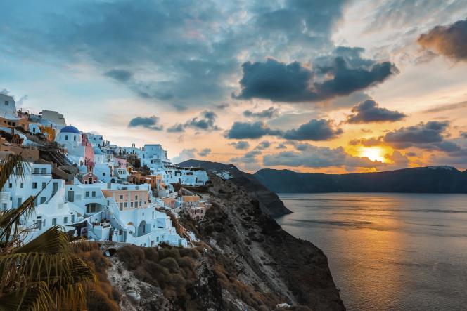 Santorin est l'une des plus belles îles des Cyclades, dans la mer Égée.