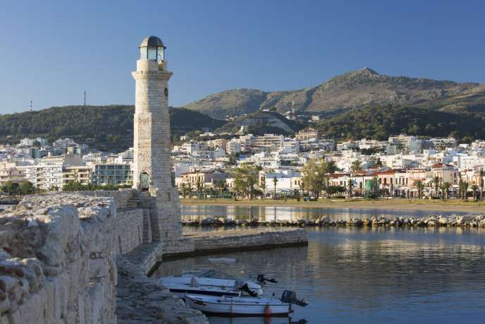 En Crète, l'acheteur étranger peut trouver de belles maisons à 2 500 euros le m² avec un grand terrain. Le port vénitien de Réthymnon datant du XVIème siècle.