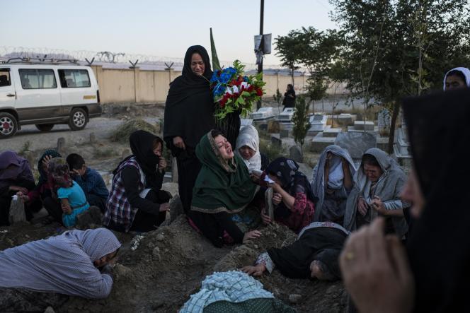 Aux funérailles d'une victime de l'attentat, à Kaboul, le 18 août.