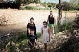 Laurie et Anthony Bauer posent avec leurs enfants, Charles et Melina près de l'Orbiel, àConques-sur-Orbiel (Aude), le 17 août.
