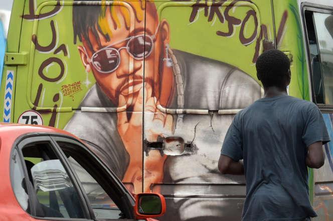 Un camion peint à l'effigie de DJ Arafat, à Abdijan, le 14août 2019.