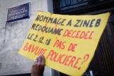 Un manifestant brandit une pancarte rendant hommage à Zineb Redouane, le27avrilà Marseile.