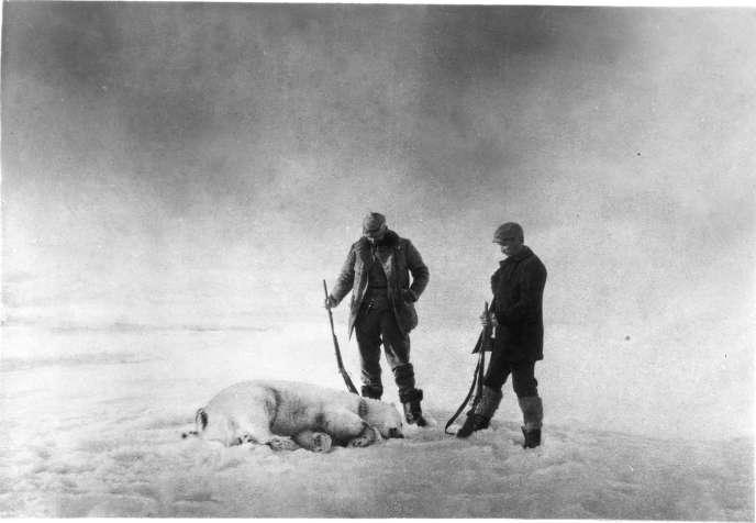 Salomon August Andrée et Knut Frænkel photographiés par Nils Strindberg, en 1897, après leur échouage sur la banquise.