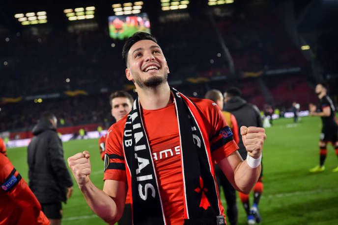 Ramy Bensebaïni célèbre la victoire de Rennes contre Arsenal en Ligue Europa, le 7mars 2019.