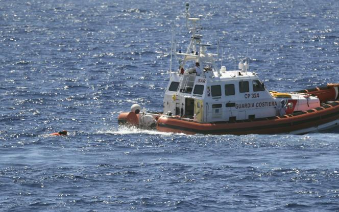 Un migrantest intercepté par les autorités italiennes après avoir sauté à la mer depuis le navire humanitaire «Open-Arms», mardi20août.