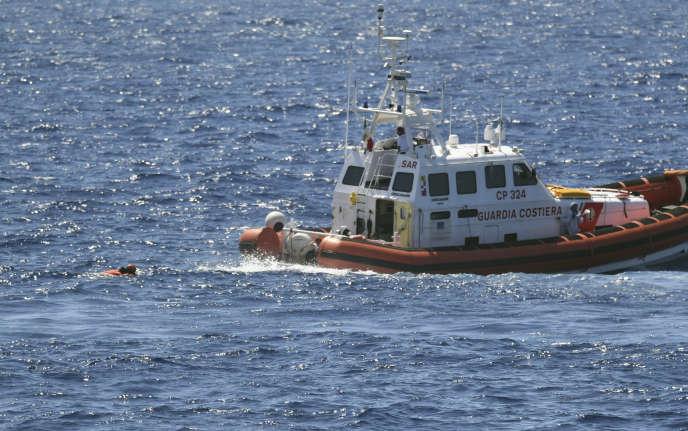 Un migrantest intercepté par les autorités italiennes après avoir sauté à la mer depuis le navire humanitaire «Open Arms», mardi 20 août.