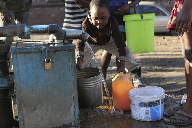 Distribution d'eau potable à Harare (Zimbabwe), le 25 juillet.