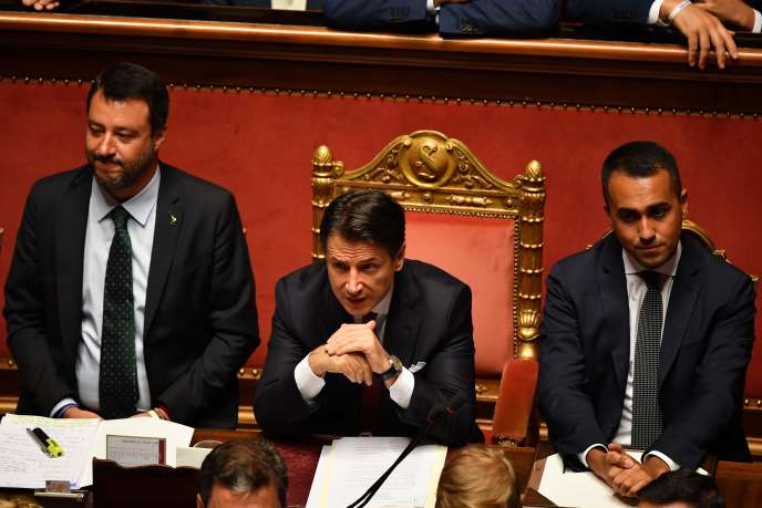 Guiseppe Conte lors de son allocution au Sénat, entouré de Matteo Salvini, ministre de l'intérieur et chef de file de la Ligue, et de Luigi Di Maio, ministre de l'économie et chef du Mouvement 5 étoiles.