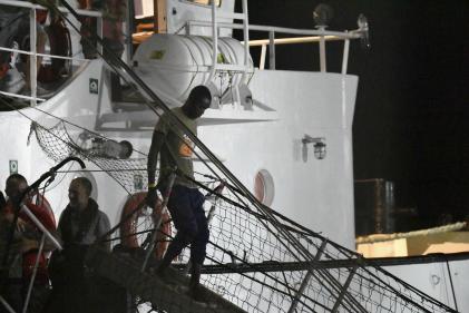 Un migrant débarque du navire« Open-Arms» à Lampedusa en Italie, mardi 20 août.